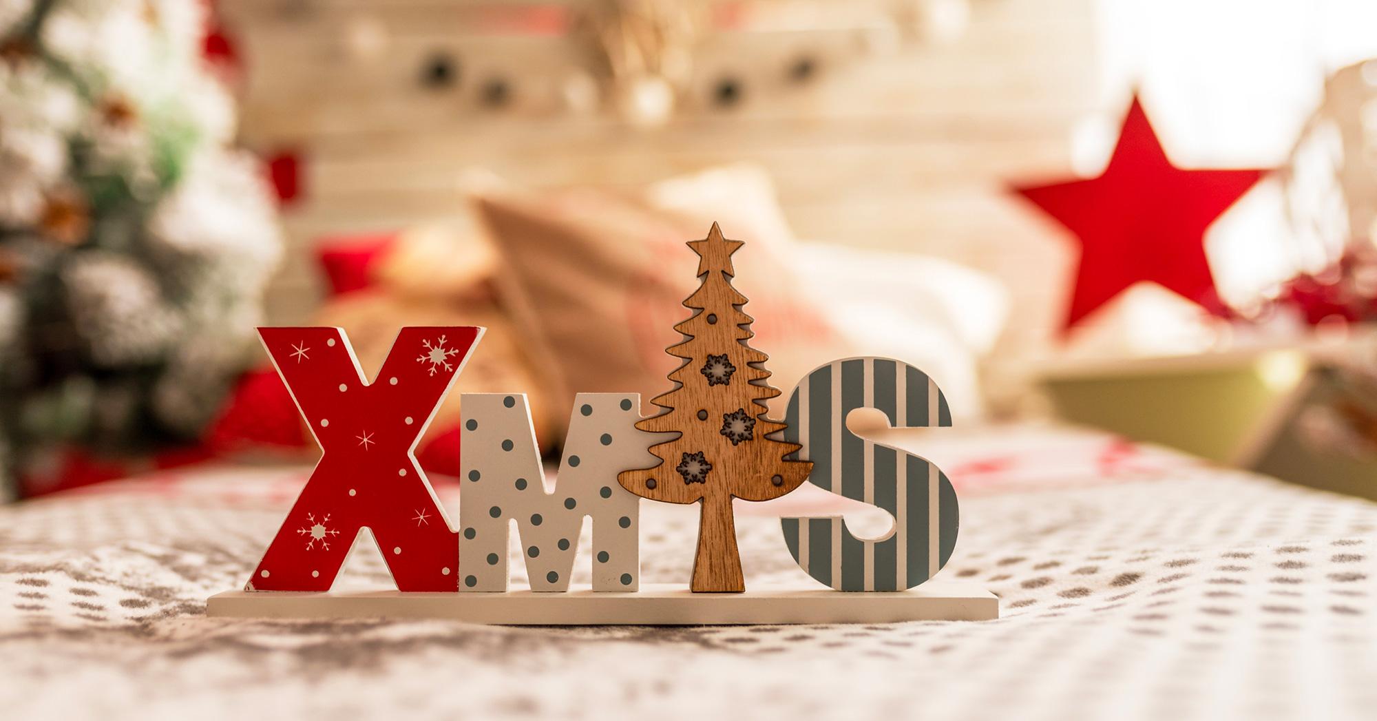 Scritta in legno XMAS coi colori di Natale