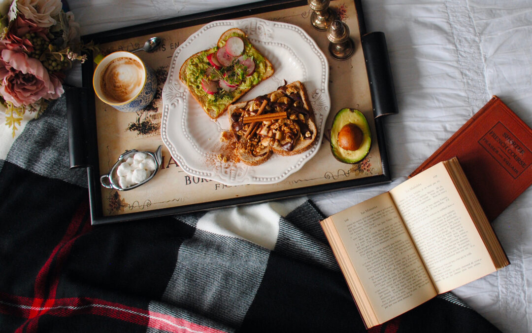 Colazione a letto con libro aperto
