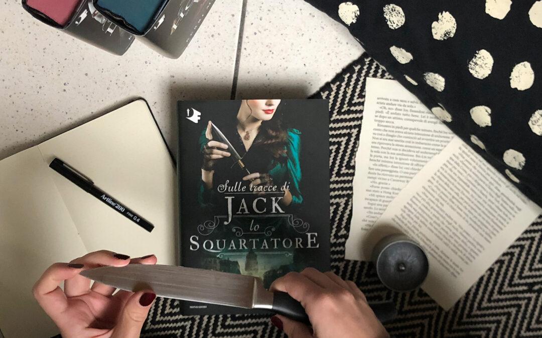 """Ragazza con in mano un coltello sopra il romanzo """"Sulle tracce di Jack lo Squartatore"""" di Kerri Maniscalco"""