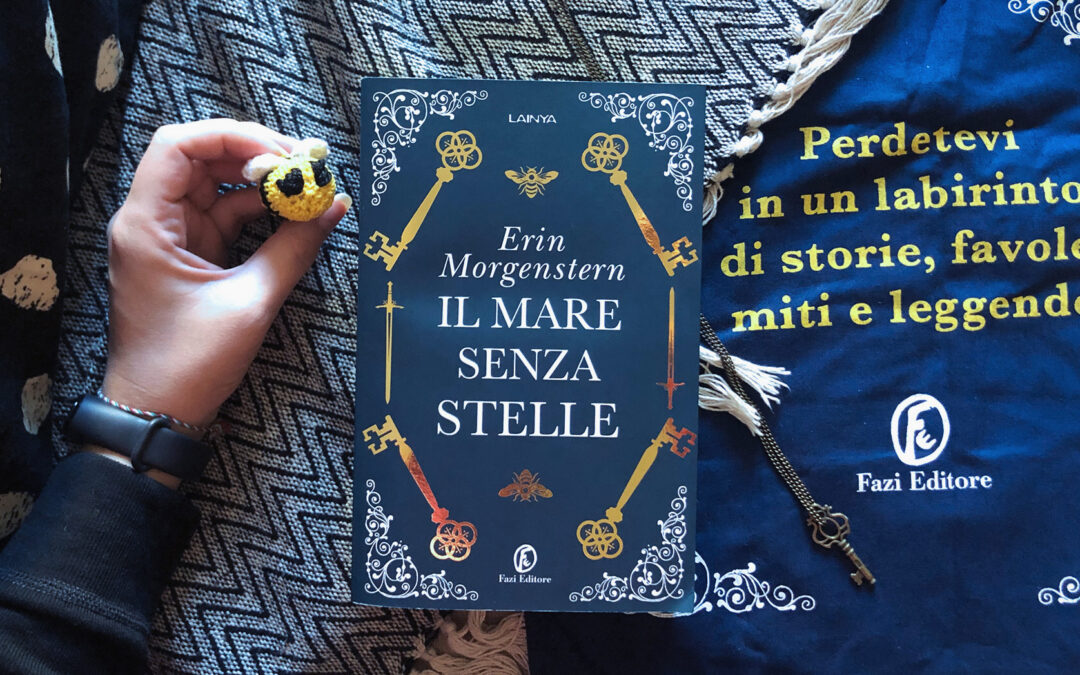 """Il libro """"Il mare senza stelle"""" sopra la shopper dedicata al romanzo"""