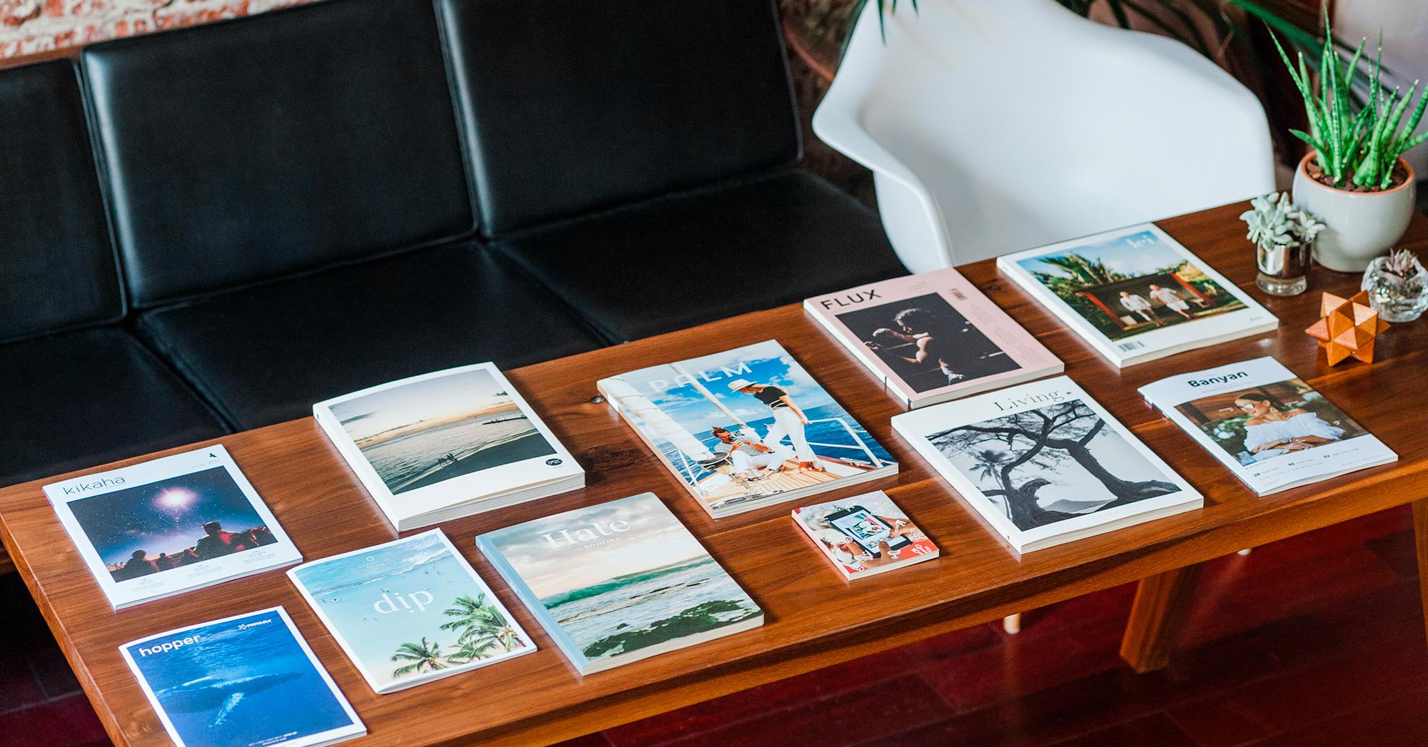 Tavolo basso con sopra diverse riviste