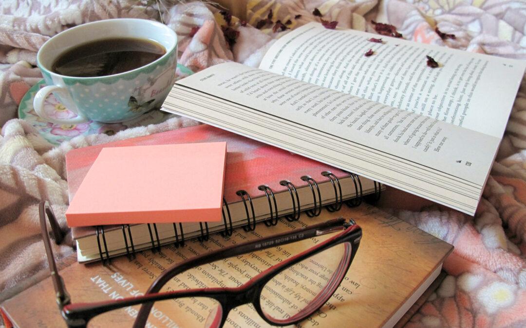 Primo piano di un paio di occhiali da vista appoggiati su libri aperti