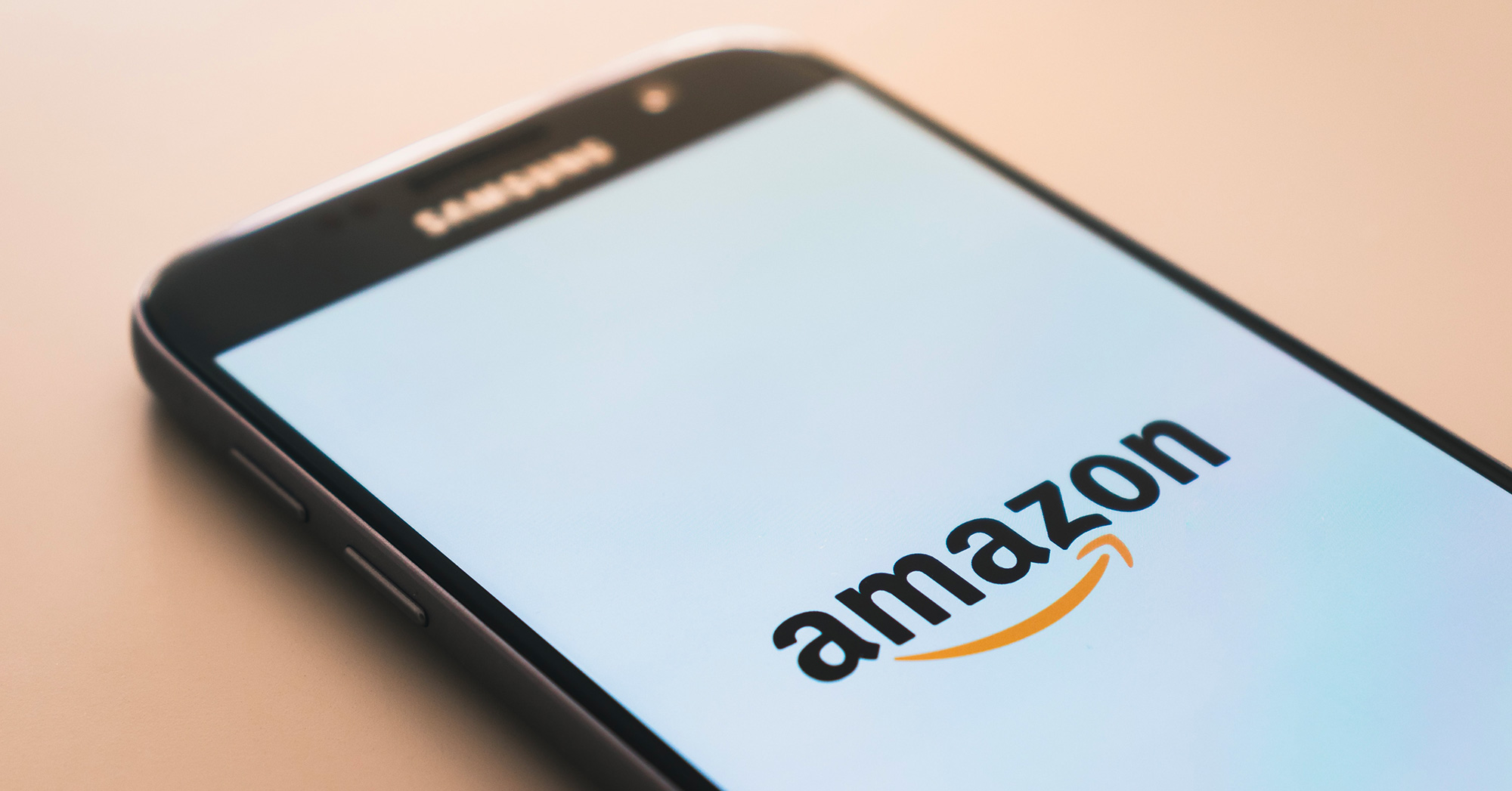 Smartphone con logo Amazon