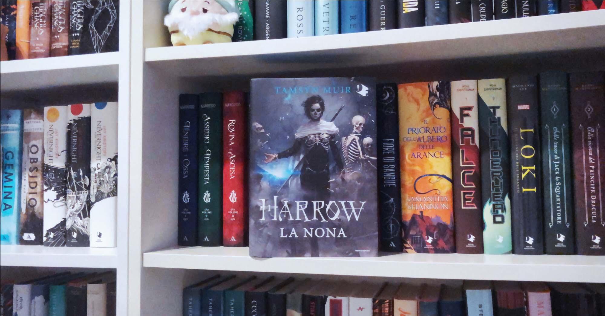 """Foto di una libreria con gli scaffali pieni e """"Harrow. La nona"""" in primo piano"""