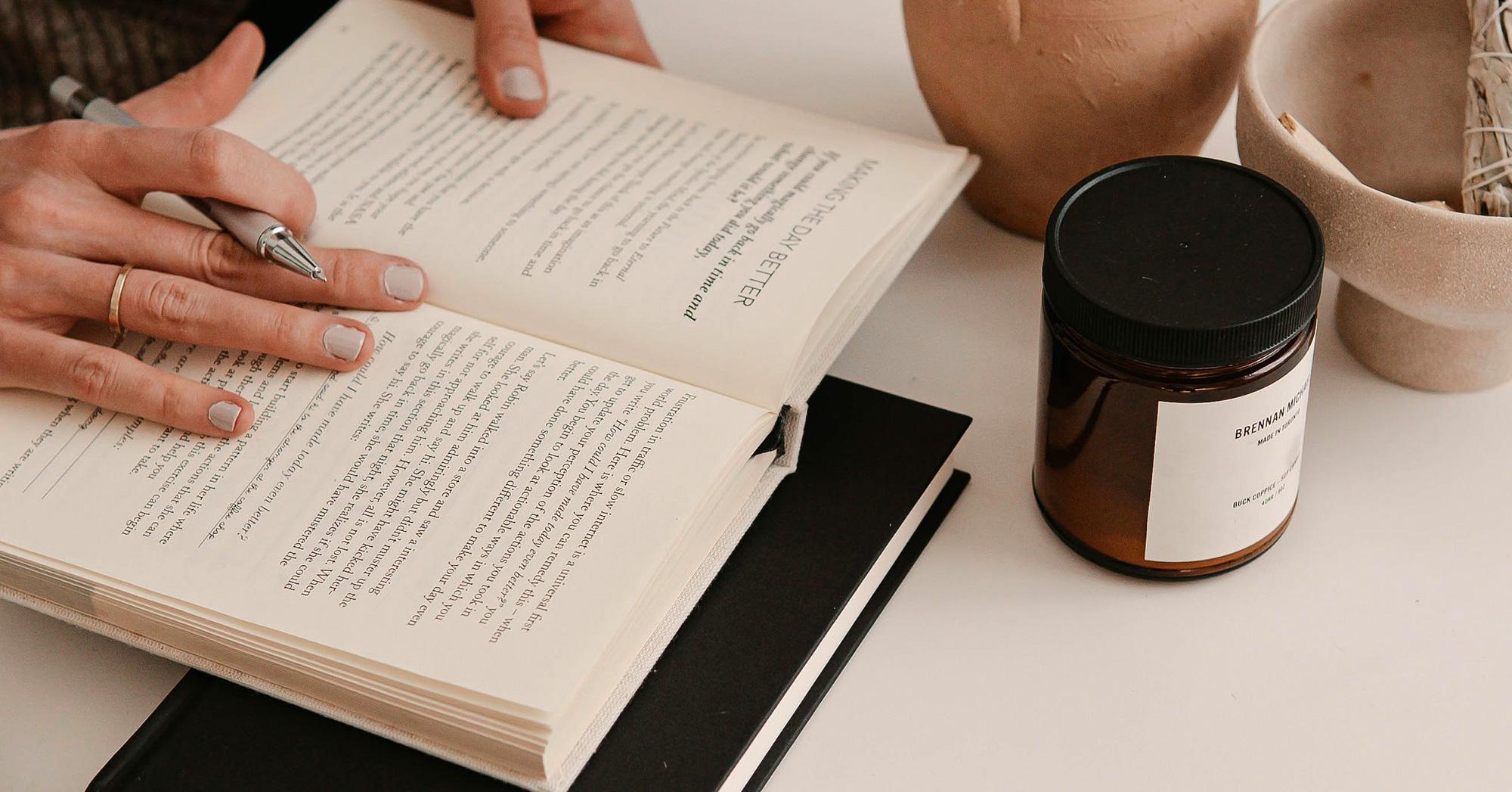 Top view di un libro aperto su una scrivania